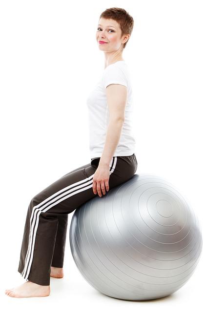 Agachamento com bola fortalecem os joelhos.