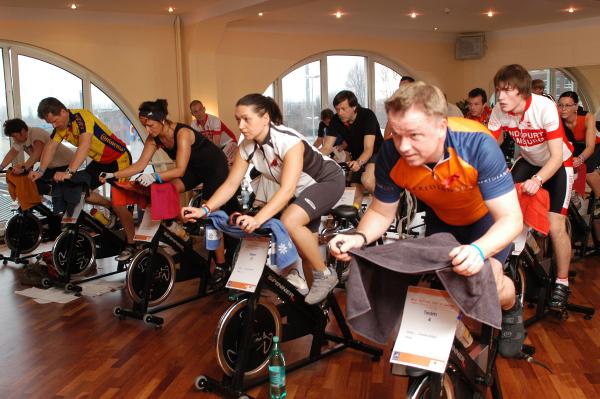 O spinning é feito em cima de bicicletasm simulando corridas e subidas para a queima de gordura